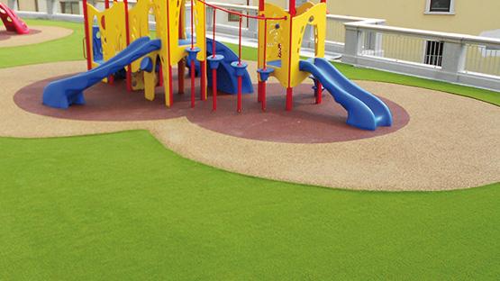Posa erba sintetica nei parchi gioco