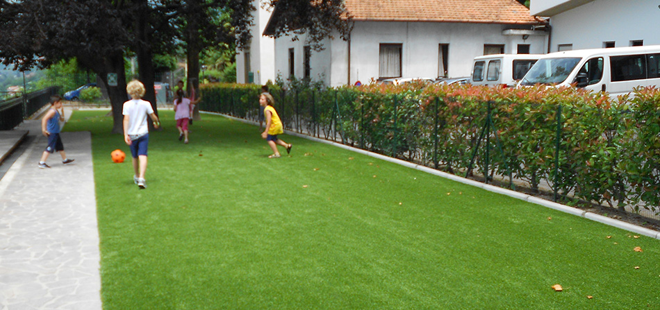 prato in erba sintetica per le scuole
