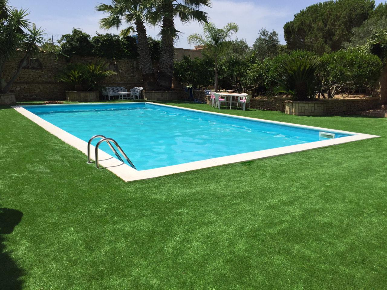 erba sintetica per piscina e giardini