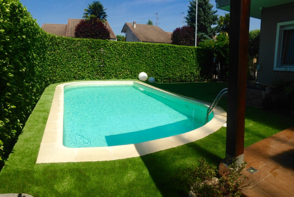 Piscina tra relax e spensieratezza grazie all 39 erba sintetica for Bordi per piscina prezzi