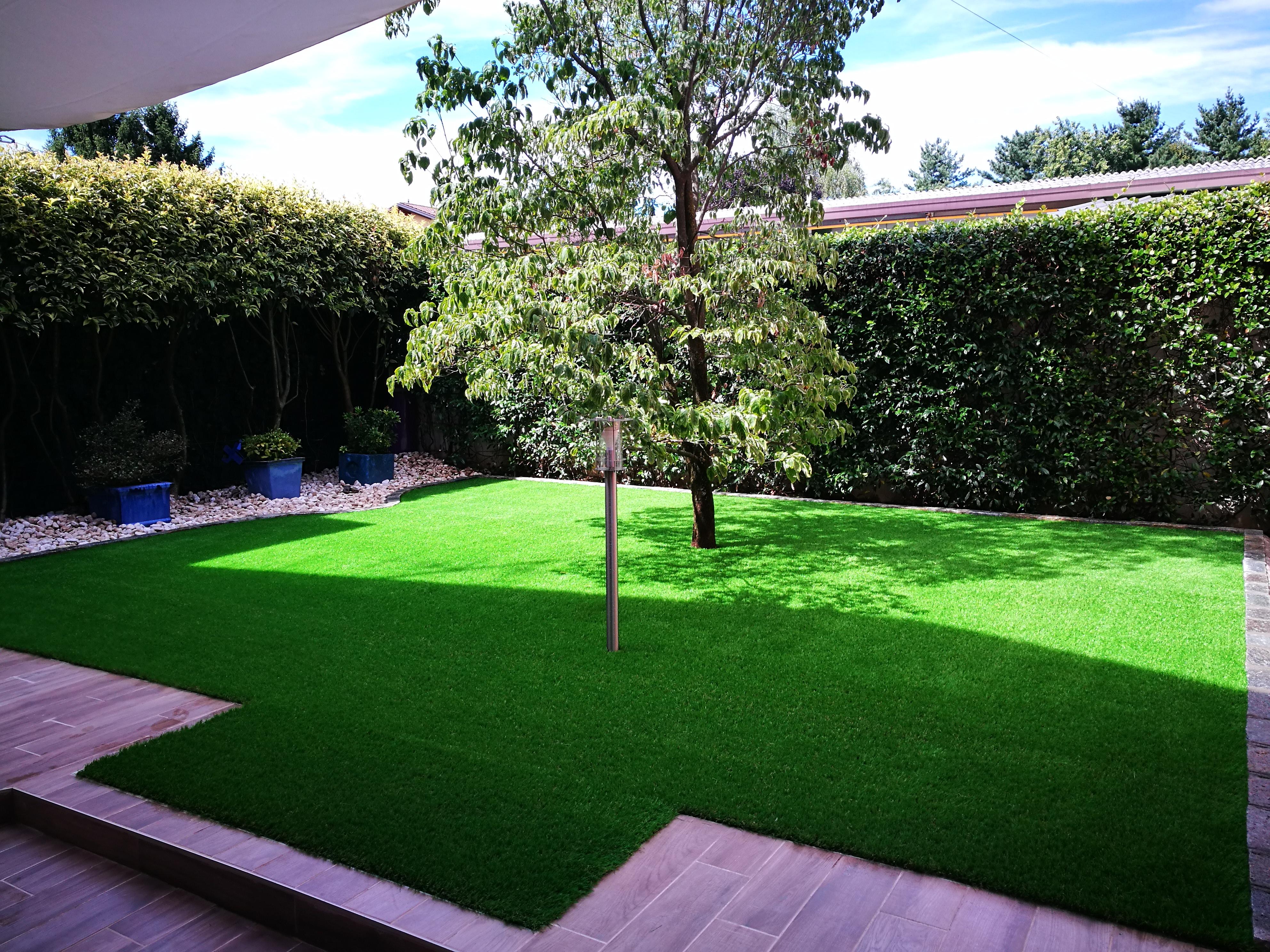 Erbetta finta la soluzione per il tuo giardino sempre verde - Erba finta per giardino ...