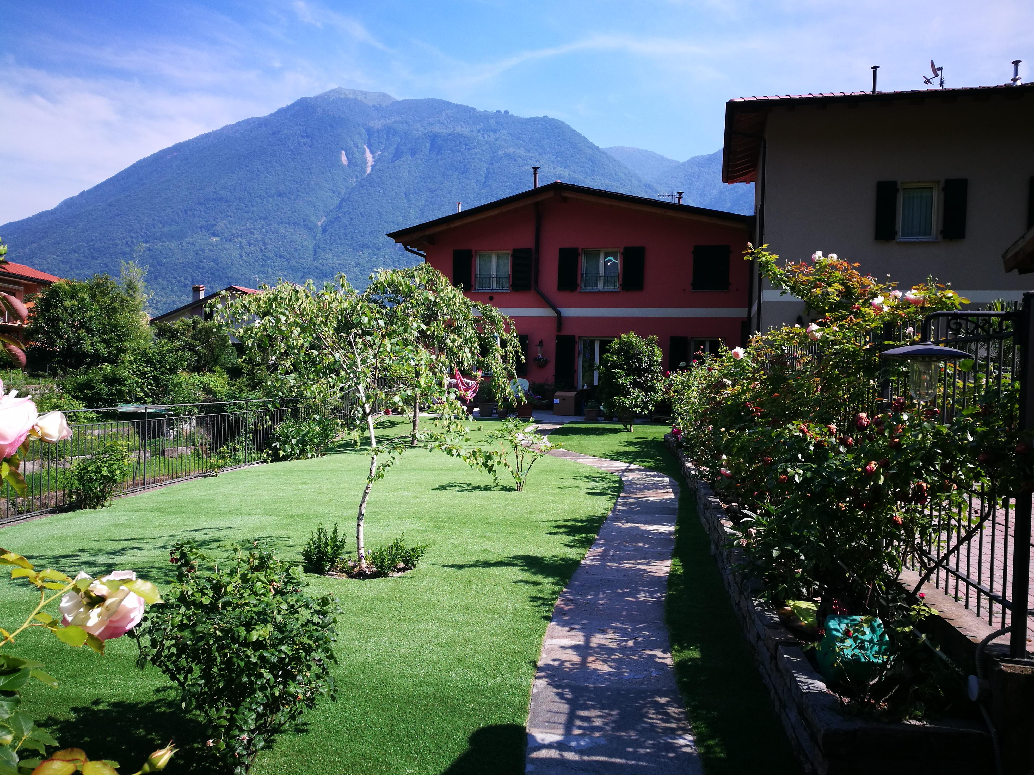Giardino con aiuole erba sintetica italgreen landscape - Erba nana per giardino ...