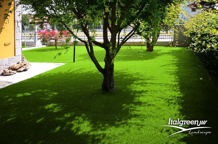 prato secco eliminato con l'erba sintetica