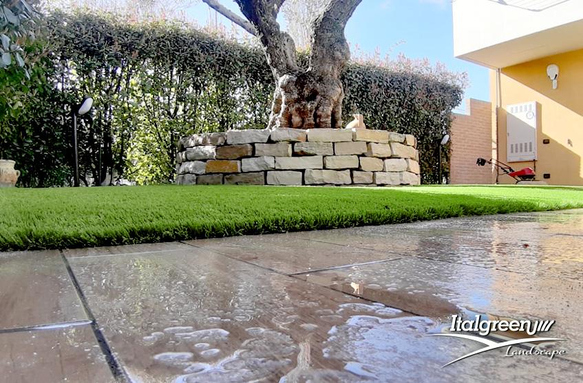 erba sintetica giardino privato