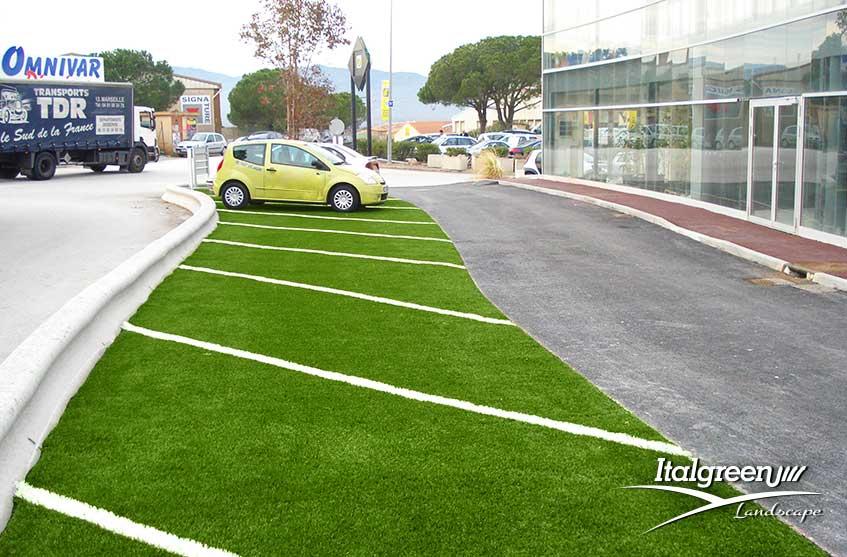 Parcheggio con erba sintetica